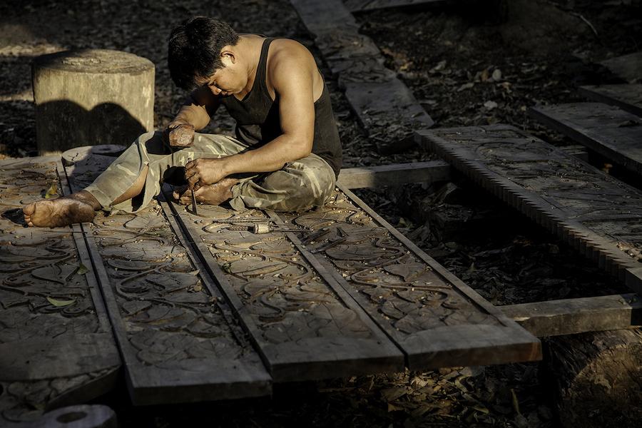 Ukiran kayu di Laos